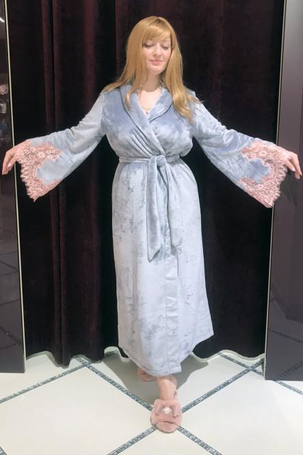 Роскошный серый махровый халат с розовым кружевом от Felena