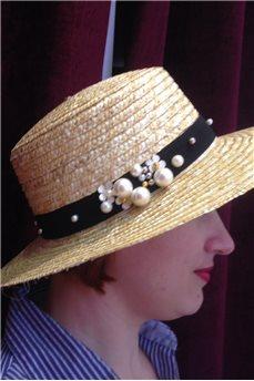Шляпа канотье соломенная с широкими полями и жемчужным украшением